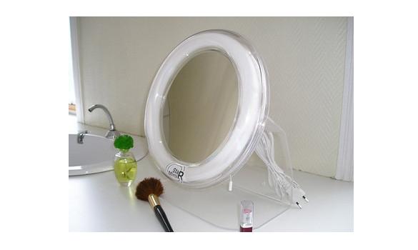 Avec un miroir de maquillage, il est indispensable de se voir à la perfection sans lunettes.